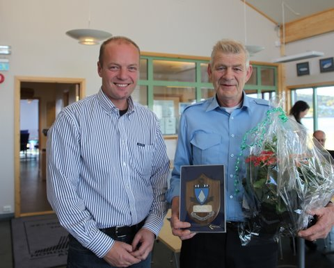 Styreleder Steinar Karlstrøm  (t.v) takker Havnekaptein Bjørn Lange