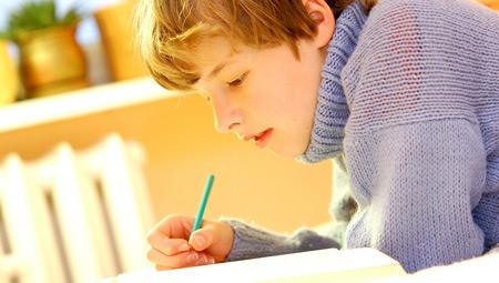 Gutt som gjør lekser