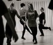 Folkedansstudentar dansar