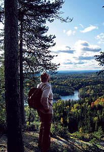 Fjelstad skuer utover nasjonalparken