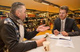 Ordføreren lytter til hva innbyggerne mener. Fv. Halvard Birkeland og ordfører Jens Johan Hjort.