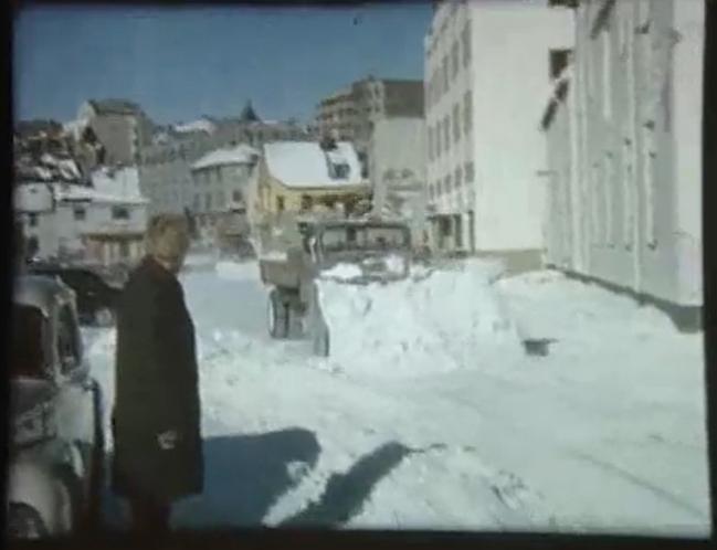 Utstnittsbilde fra en fargefilm fra 1963 med demonstrasjon av brøytebiler i Tromsø