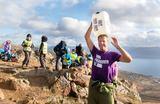 Ordfører Jens Johan Hjort tok med seg vandredunken på årets ordførertur. Da fikk han kjenne på hva det kreves av alle de som hver dag bruker timesvis på å hente vann. Foto: Pål Jakobsen