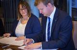 Fv. Landssjef for IKEA Norge Carole Bates og byrådsleder Øyvind Hilmarsen.