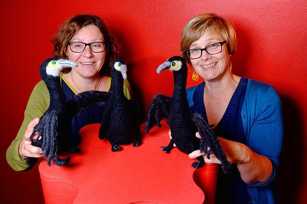Fv. Marianne Eidsvik og Ellen Larsen har skarv på lur for barna!
