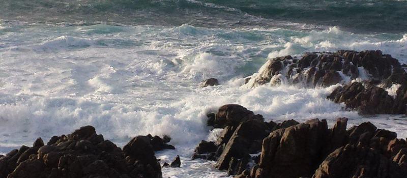Bølgene bryter i fjærsteinan på Teigan