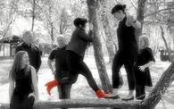 svart kvitt gruppe hopp splash raude st+©vlettar redigert2