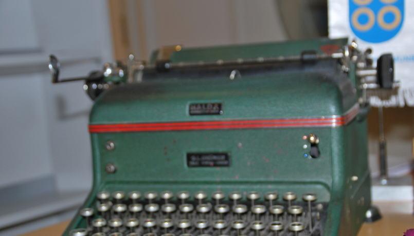Gammel skrivemaskin med kommuneflagg