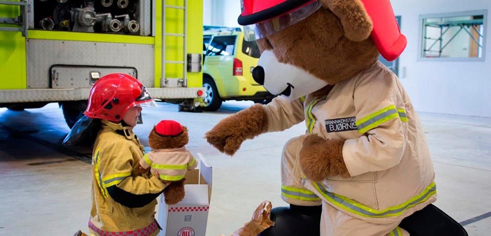 Bjørnis møter barn på stasjonen.jpg