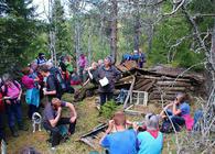Helen Østbye og turdeltakerne ved restene av Grønberghytta i Jongseteråsen. Foto: Steinar Saghaug.