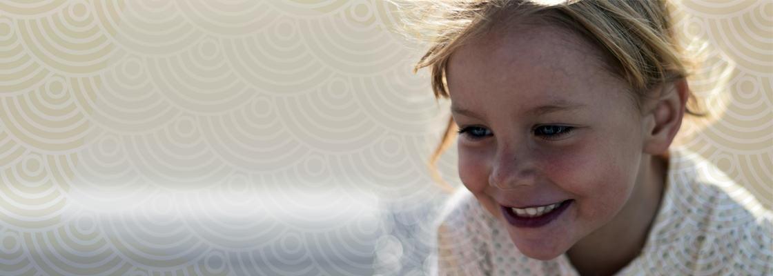 Illustrasjonsbilde av en glad liten jente