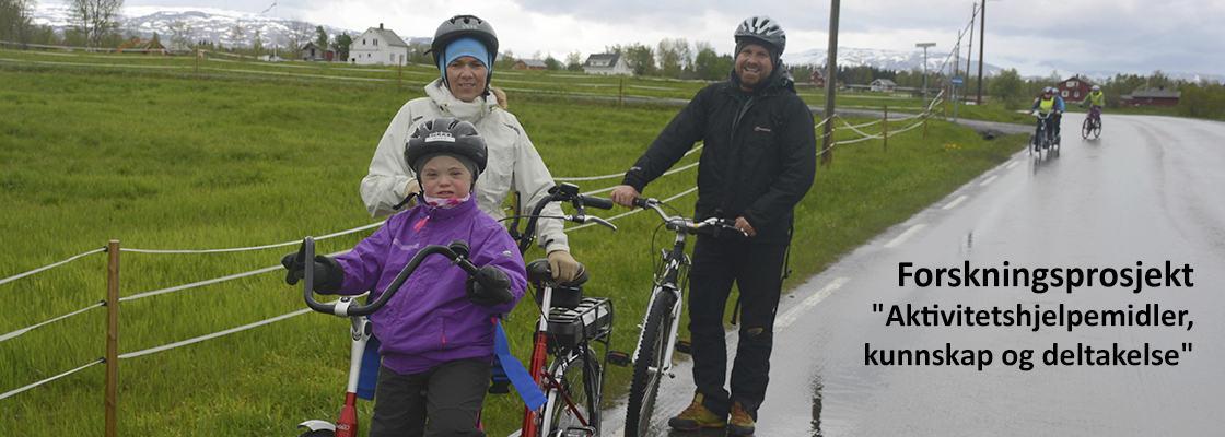 Familie på tre som har vært på sykkeltur med aktivitetshjelpemidler