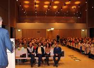 ØVs leder Johan Ellingsen innledet jubileumsfesten med å holde tale for ca. 300 fremmøtte i en nær fullsatt Bøler kirke. Foto: Steinar Saghaug.