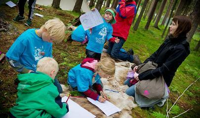 Barn tegner Foto Ørjan Bertelsen