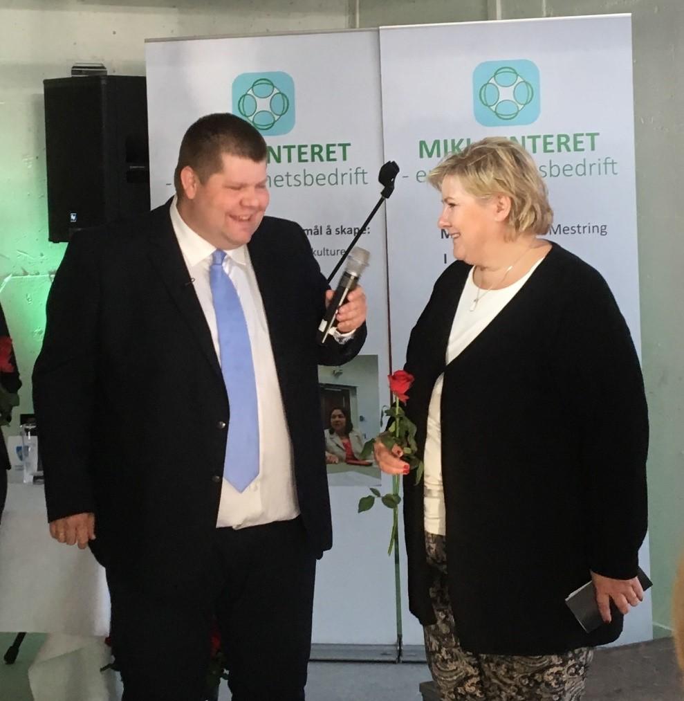 Jon Henrik Larsen og Erna Solberg under åpningen av MIKI senteret i Sjøvegan