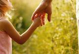 Barn voksen hånd i hånd