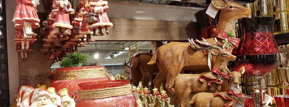 Raudt julemiljø med hjort