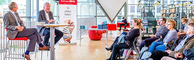 forfatter-asbjørn-jaklin-i-bokbad-sammen-med-biblioteksjef-paul-henrik-kielland_tromsø-bibliotek-w.jpg