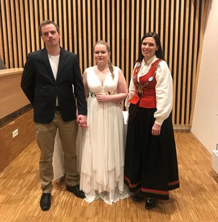 Brudeparet med vigsler Ordfører Stine Akselsen