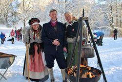 «Søstrene på Verket» er nesten like gamle som Turistforeningen! De hadde tatt turen over fra Bærums Verk for å fortelle om livet i gamledager for store og små. Her er de to sammen med Haakon Aaen, styremedlem i ØV. Foto: Steinar Saghaug.