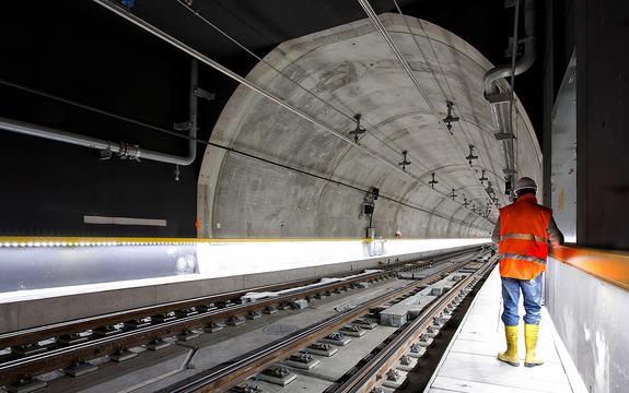 En mann i arbeidsklær som står i en tunnel