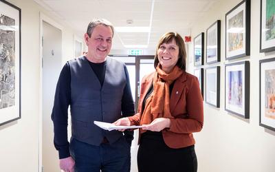 Rita Johnsen og Roger Rasmussen klar med ny rapport. Foto: Øivind Arvola