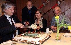 Ola Elvestuen spiste nasjonalpark-kake sammen med tre sentrale personer bak ØVs initiativ i 2011: ØVs styremedlem Sigmund Hågvar, nåværende styreleder Helga Gunnarsdóttir, og daværende styreleder Johan Ellingsen.