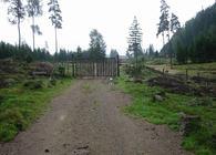 Denne låste porten møter turgåere på Børter-eiendommen. Foto: ØV.