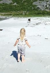Tora og rein på stranda_200x289