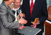 Ambassadør Shomrat overrekker medaljen til Edmund Aspenes og Jenny Velle.
