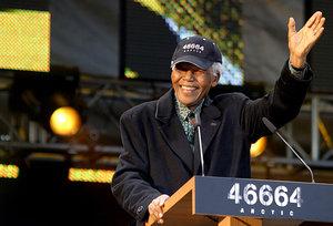 Nelson Mandela hilser frammøte under 46664-konserten i 2006