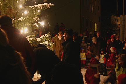 Folk hygget seg og gikk rundt treet