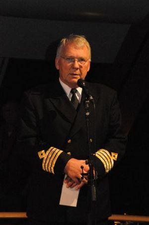 Kapteinen holder åpningstale
