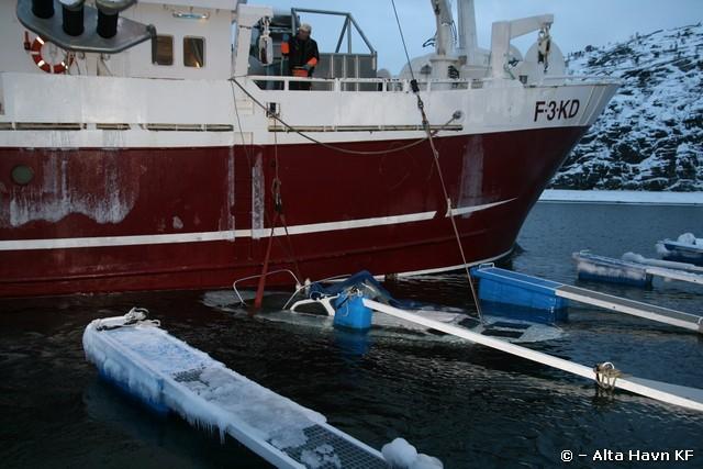 Heving av havarert snekke i Urnesbukta Marina, Alta Havn KF