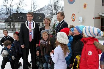 Tromsø-ordfører Arild Hausberg, rektor ved Gyllenborg skole, Jill Solheim-Nilsen og rektor ved Universitetet i Tromsø, Jarle Aarbakke sammen med barn ved en av Tromsøs universitetsskoler, Gyllenborg.