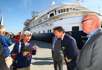 Alle passasjerene fikk roser da de gikk i land på Prostneset der de ble ønsket velkommen av ordfører Arild Hausberg og havnesjef Halvar Pettersen. Foto: Ronald Johansen, iTromsø