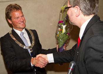 Jens Johan Hjort blir får ordførerkjede og blomst av Arild Hausberg