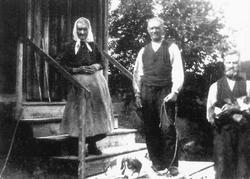 Mor Anne med sønnene August og Karl på trappa på Øversaga på 1940-tallet.