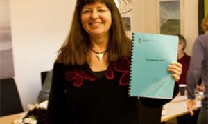 Enhetsleder Rita Kristensen viser frem regnskapet for 2012