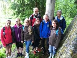 Flinke og interesserte jenter, fra venstre: Sofie, Ingvild, Idunn, Alba, Selma og Petra. Bak Sigmund og Eline Hågvar.