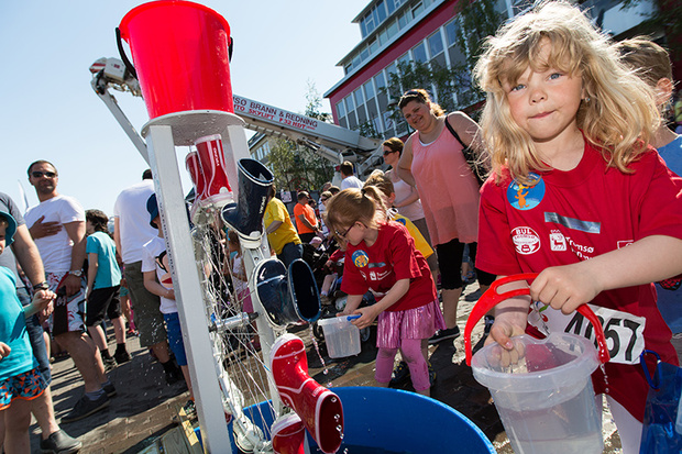 Fh. Mathilde Lilleberg (7) og Kristin (5) leker med vann og støvler under Vanndagen 2013.