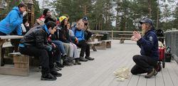 Naturveileder Ida Glemminge i SNO forteller interesserte elever om dyreskaller.