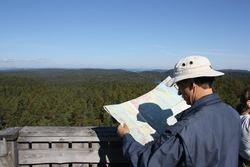 Steinar Saghaug - En av turdeltakerne, Tom K. Grimsrud, studerer kartet og Østmarka fra toppen av branntårnet på Kjerringhøgda.