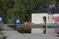 Foto: Silje H. Hansen. Rehabiliteringen av dammen ved Rustadsaga innebærer at vannspeilet i Nøklevann midlertidig senkes med omtrent 5,5 m.