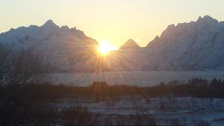 Glimt av sola bak fjella på Austvågøy - sola tilbake