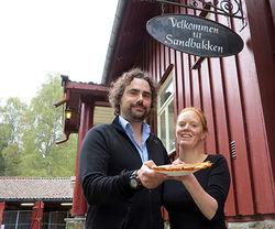 Bjarne Røsjø. Sandbakken er åpen igjen, og nå er det Sébastien Barrault og Gunn Oftedal som serverer vafler og annet godt på den populære markastua.