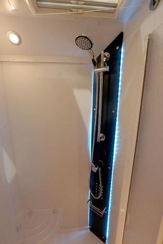 BILEN HAR separat dusj med LED-belysning som gir en følelse av luksus. Dusjen har ok med plass. Foto: KJELL-ERIK KRISTIANSEN