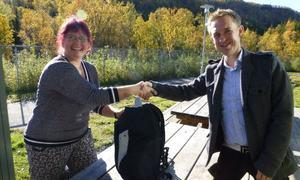Ole-kristian Nygård fra tekns overrekker mattesekken til ass. styrer Rebekka Vangen Eilertsen i Blåbærdalen barnehage