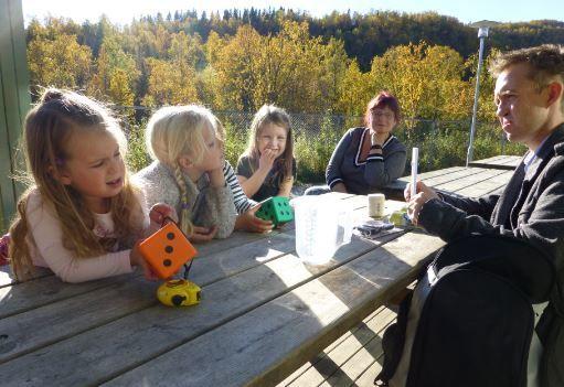 Barna i Blåbærdalen barnehage var interessert i det spennende utstyret som fulgte med mattesekken fra Tekna.