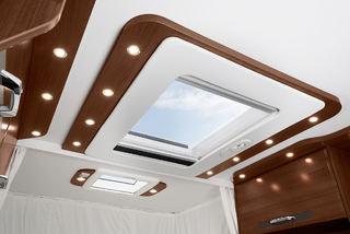 STORE OG BRA vinduer og luker i taket gir lys og trivelig miljø inne i bilen.